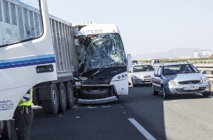 Veinte heridos al chocar un autobús contra un tráiler en la autovía de Cartagena