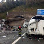 Mueren dos camioneros, tras una brutal colisión frontal de dos camiones en la A12 Italia