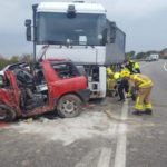 Un joven invade el sentido contrario y muere aplastado contra un camión en Lleida