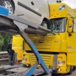 Un camionero ha resultado herido, al colisionar contra un camión portacoches en la A7 en Milán.