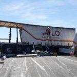 Cortada la autopista en Ulldecona por el accidente de un camión cargado con traviesas de hormigón