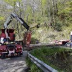 Un camión queda atrapado entre las curvas de la carretera de Ponga
