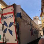 Un camión de Molinero, queda encajado en una calle de Peñafiel causando desperfectos