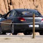Indignado con un Opel Insignia negro camuflado con dos Guardias Civiles de uniforme dentro