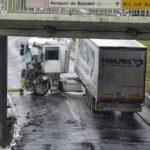 Un camión choca contra una columna por la lluvia y queda atravesado en medio de la Gran Vía