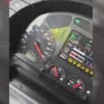 Un camionero se graba con el móvil mientras transporta 27 toneladas de fuel a gran velocidad en la AP9