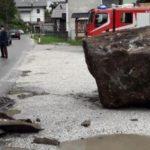 Una roca desprendida del tamaño de un camión, causa pánico en la 203 Italia