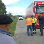 Los vecinos de Vilardevós, regalan chorizos a un camionero perdido y desesperado
