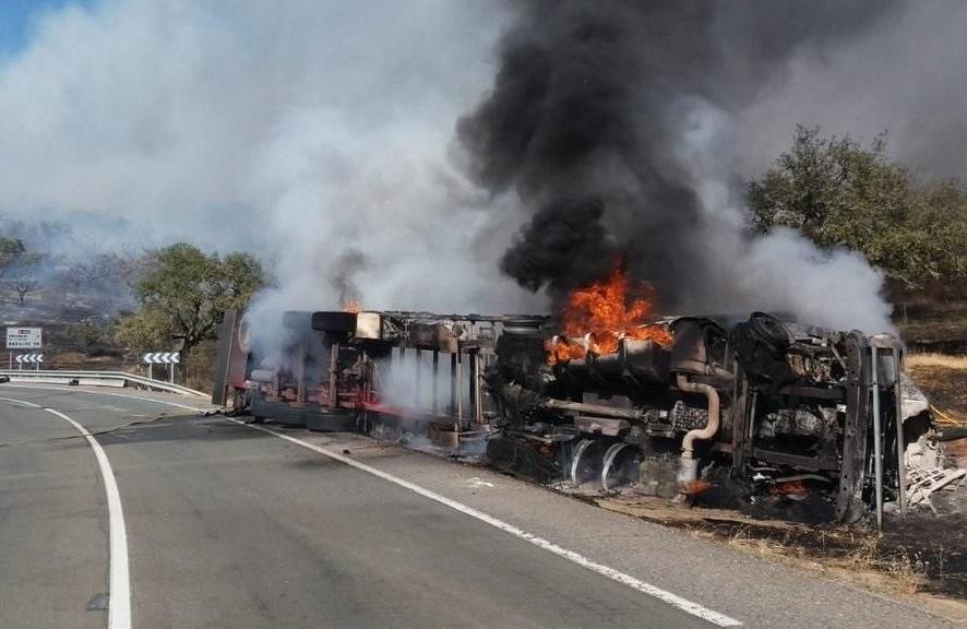 fallece el conductor de un camion y el accidente provoca un incendio 1