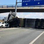El vuelco de un camión obliga a cortar la A-7 en Orihuela