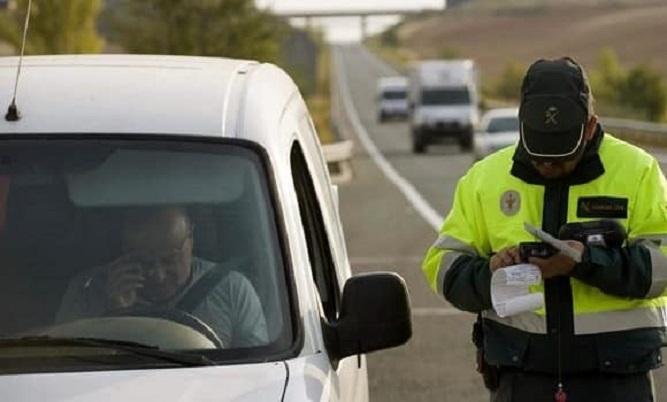 Te pueden multar con 3.000€ por estar de noche parado con el coche en marcha