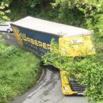 Un camión de Waberer atascado en una curva, corta el tráfico y hace actuar a los bomberos