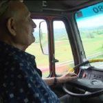 A los 80 años, Henri, el abuelo conductor, todavía maneja su camión