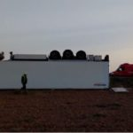 Un camión queda tendido completamente bocabajo en medio de una parcela en Tudela