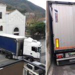 Un camión turco queda atascado en un callejón imposible