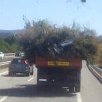 Un camión de Conservación de carreteras, circula 10 km perdiendo la carga por la A8 Villalba