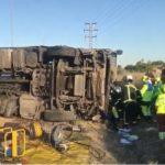 Un camionero grave, tras volcar el tráiler cargado de furgonetas que obliga a cortar la M-607 dirección Madrid