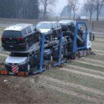 Un camión portacoches cae por un terraplén de 5 metros y milagrosamente se mantiene en pie en un campo arado