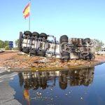 Aparatoso accidente de un camión en una rotonda de Argamasilla de Alba
