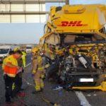 El conductor de un camión ha resultado herido grave tras colisionar contra otro averiado en el arcén Cervera