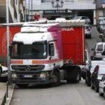 Un camión bloqueado en Marqués de Valterra debido a coches mal aparcados