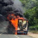 Un camión ardiendo obliga a cortar los túneles de Belate y Almandoz