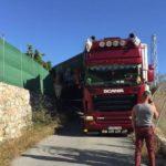 Por ahí han pasado más grandes: Un camión se queda atascado en Salobreña cuando seguía las indicaciones del GPS
