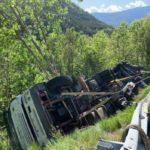 """""""Jubilación a los 60"""" Un camionero de 63 años falleció atrapado por la carga antes de volcar en la N260"""