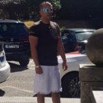 Un taxista de Vigo, denunciado por vestir falda para conducir su taxi y llevar mejor el calor