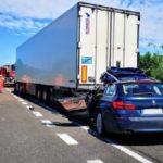 Un hombre fallece al estrellarse contra el semirremolque de un camión que viajaba por la A22 Italia