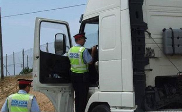 una patrulla los mossos accede cabina camion control 1561139913739