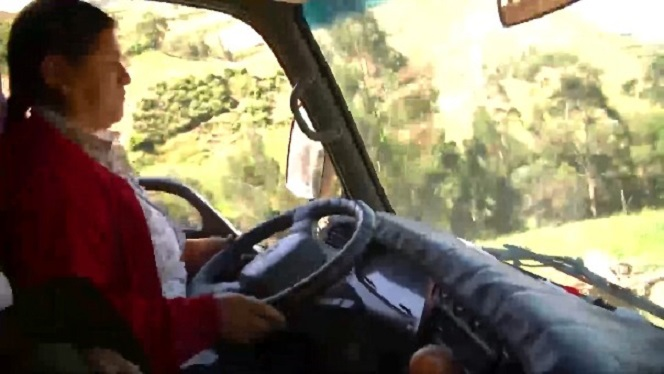 La mujer que se volvió camionera después de que su esposo perdiera las piernas en un accidente