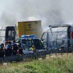 Espectacular atraco fallido de un furgón blindado bloqueado con dos furgonetas en llamas en Francia
