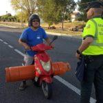 Multado con 800 € por ir borracho transportando una bombona de propano en su ciclomotor