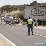 Un hombre fallece en un accidente frontal entre un camión y una furgoneta en la carretera de Vecinos