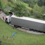 Un camión en un callejón sin salida, al coger su conductor la dirección equivocada