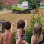 Veraneantes se quejan del ruido de las cosechadoras durante las vacaciones en el pueblo