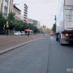 Denuncian el peligroso adelantamiento de un camión a patinete va por medio de la calle en Zaragoza