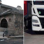 Un camión español se atasca y rompe la pizarra de una capilla en Yssingeaux: otro conductor tuvo que sacar el vehículo encajado