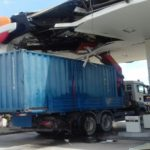 Un camión grúa se empotra en una gasolinera de Barcelona