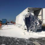 La colisión de dos camiones portugueses corta la N10 por un vertido de  dióxidodetitanio