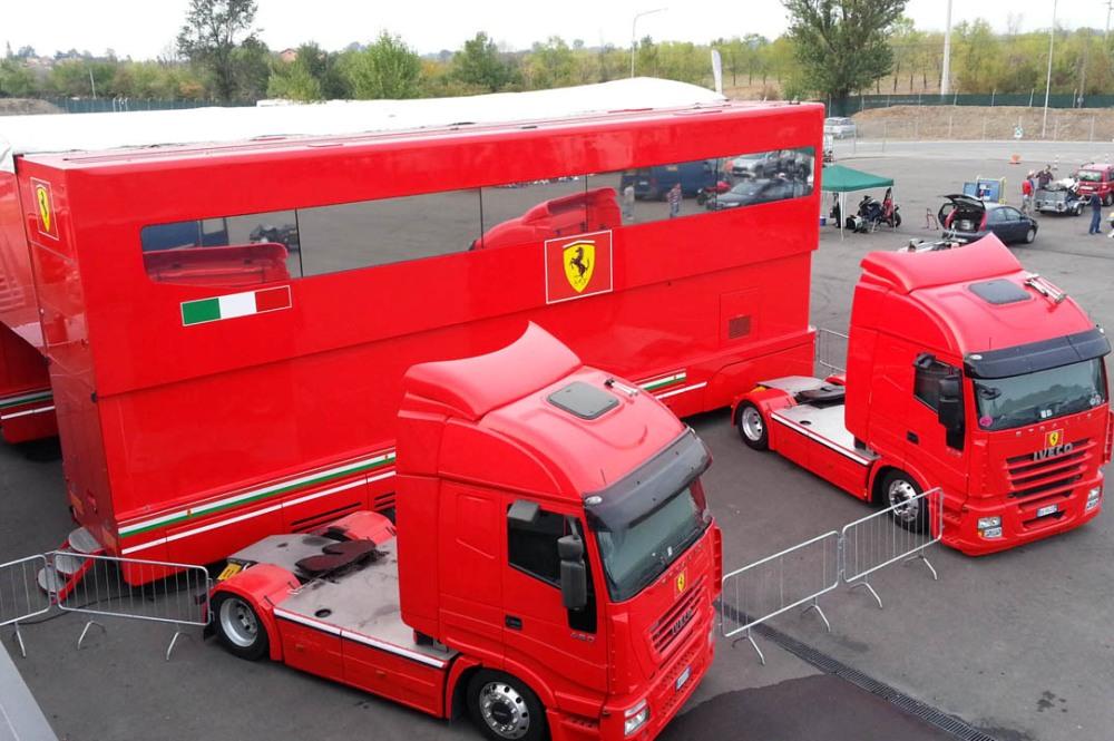Ferrari encuentra varios inmigrantes en uno de sus camiones en Silverstone