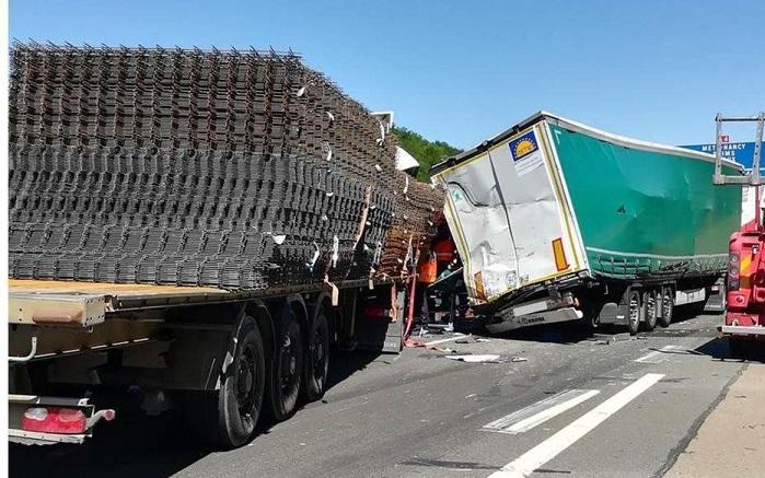 La hija de 7 años de uno de los camioneros, que acompañaba a su padre, estaba atrapada en la cabina, tras la colisión de tres Camiones en la A4.