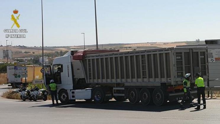 Detenido en Écija un «terrorista vial» con un camión de 40 toneladas, sin carné y bebido