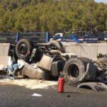 Fallece un camionero al volcar su vehículo y caer desde cuatro metros en el Puerto de la Cadena