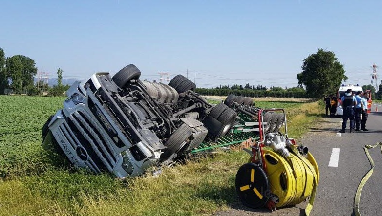 le camion a fini dans le champ en contrebas photo le dl 1561970215
