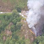 Fallece un camionero tras despeñarse 25 metros y arder su camión en Villayón