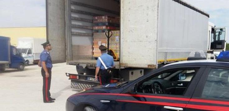 Tres bandidos armados con rifles limpian un camión con un valioso cargamento de quesos y embutidos