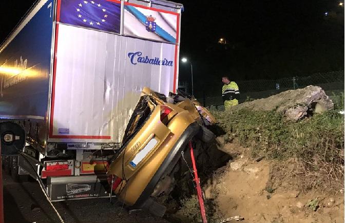 Muere el conductor de un Audi A3 al chocar contra un camión aparcado en Chapela