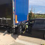Un camión viaja más de 800 metros con un BMW incrustado por que el camionero creía que había pinchado